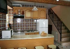 Vista general de la cocina con escaleras