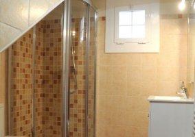 Aseo con ducha y armarios en blanco