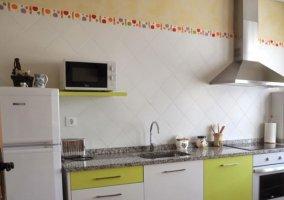 Cocina con armarios en blanco y verde