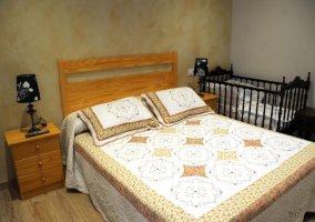 Dormitorio 1 con cama amplia