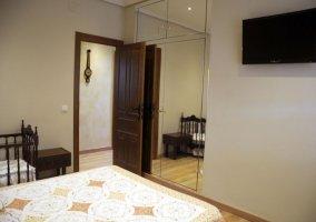 Dormitorio 1 con televisor