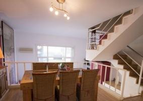 Sala de estar con la chimenea y mesa de madera en el centro