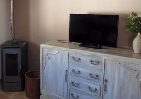 Sala de estar con sillones y cojines de flores