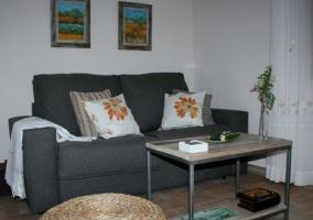 Sala de estar amplia con sillones y comedor