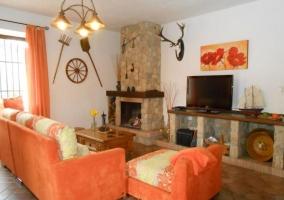 Acceso al alojamiento con porche en piedra equipado