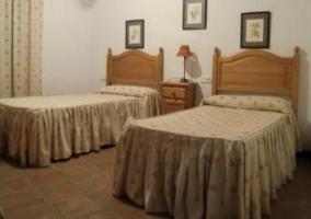 Dormitorio con cama individual en estructura de madera