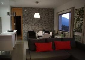 Acceso a la vivienda con el porche iluminado