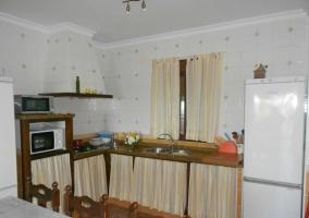 Sala de estar con paredes amarillas y cuadros