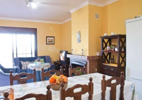 Sala de estar con chimenea junto a los sillones
