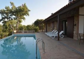 Acceso a las zonas de piscina frente a las hamacas