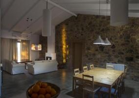 Comedor visto desde la cocina y paredes de piedra