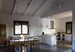 Comedor y cocina comunicados con la sala de estar en espacio amplio