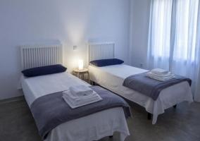 Dormitorio doble en grises y blancos