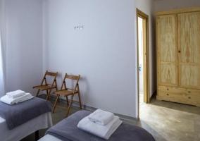 Dormitorio doble en grises y un armario en madera