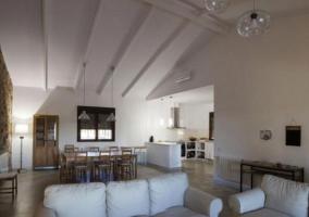 Sala de estar con comedor al fondo y cocina