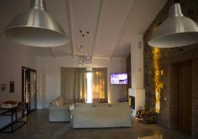 Sala de estar y chimenea en la pared de piedra