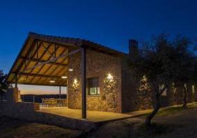 Vistas de los exteriores de la casa con luces