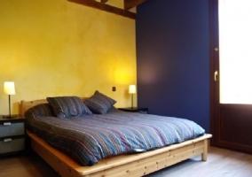 Dormitorio de matrimonio con paredes en amarillo y azul