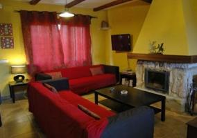 Sala de estar con la chimenea de frente