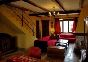 Sala de estar y comedor con chimenea y ventanales