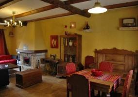 Sala de estar y comedor con detalles de madera
