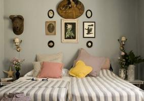 Habitación doble con colcha a rayas
