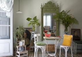 Mesa para el café con sillas