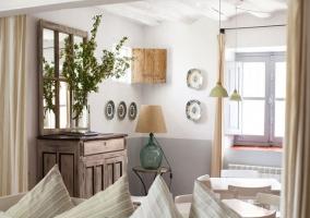 Salón decorado en tonos claros y detalles en madera
