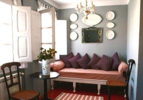 Salita decorada en tonos morados y suelo rojo