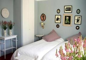 Habitación doble decorada en blanco y lila