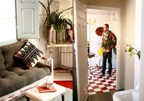 Decoración de habitación doble con suelo mosaico en rojo