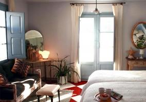 Ventanal y ventana de la habitación doble con sofá