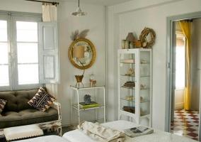 Habitación doble con sofá, espejo y detalles en amarillo
