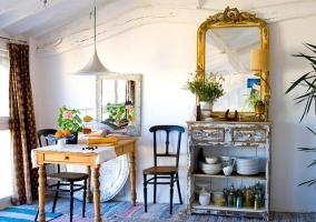 Mesa de madera y mueble para guardar la vajilla
