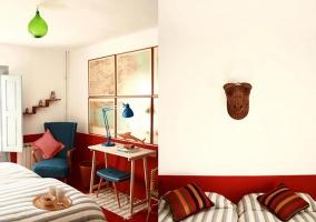 Habitación doble con rayas y decoración en rojo