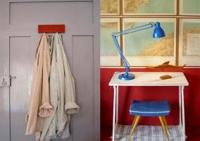 Mesa de escritorio y percha en habitación doble