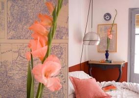 Habitación doble decorada en tonos rosas