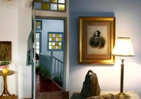 Vista de los accesos a las habitaciones con decoración en detalles dorados