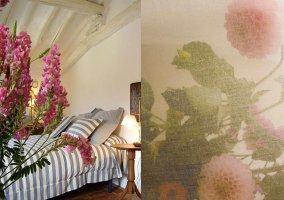 Habitación con decoración floral