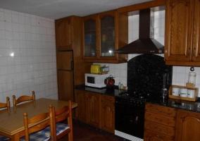 Cocina con armarios y cajones de madera