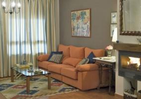 Mesa con sillas en la sala de estar