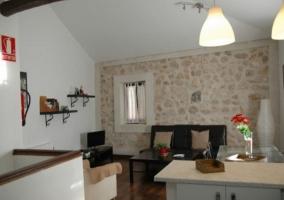 Acceso principal al alojamiento con fachada en blanco de dos plantas