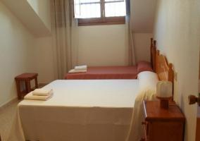 Dormitorio con cama de matrimonio y una individual