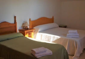 Dormitorio con cama individual y de matrimonio