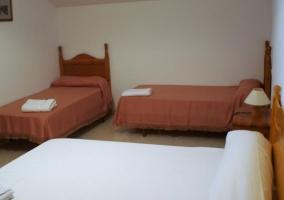 Dormitorio familiar con camas individuales y de matrimonio