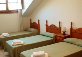 Dormitorio triple con colcha en color verde