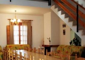 Sala de estar y comedor con mesa vista desde la puerte