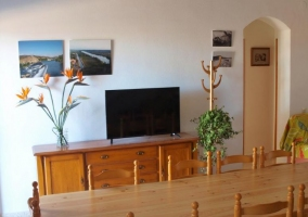 Sala de estar y comedor con mueble y televisor de plasma