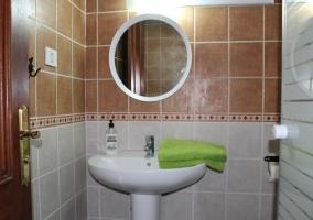 Aseo con ducha y espejo redondo