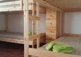 Cuádruple con ropa de cama verde